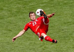 Xherdan Shaqiri ballon joueur football suisse